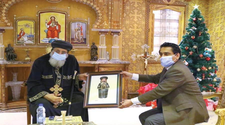 رئيس تحرير الكتاب الذهبى يهدى البابا تواضروس بورتريهًا لقداسته بريشة الفنان سامى أمين